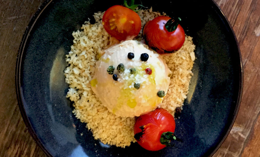 Helado cremoso de aove de tomatitos maduros en rama con panko y aceite de oliva virgen extra de cosecha temprana